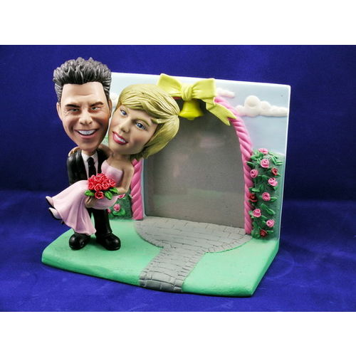 Bobblehead-rose-garden-frame-carrying-the-bride